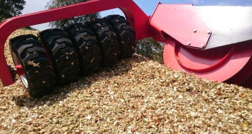 L'uso trattori aggiuntivi dotati del compattatore dei bordi è prassi comune