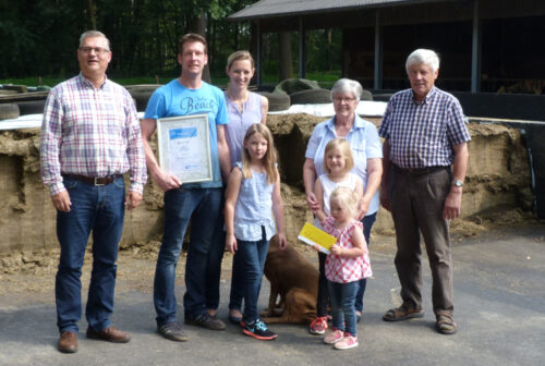 The Haane family with SCHAUMANN specialist consultant Wilfried Jenß (l.)